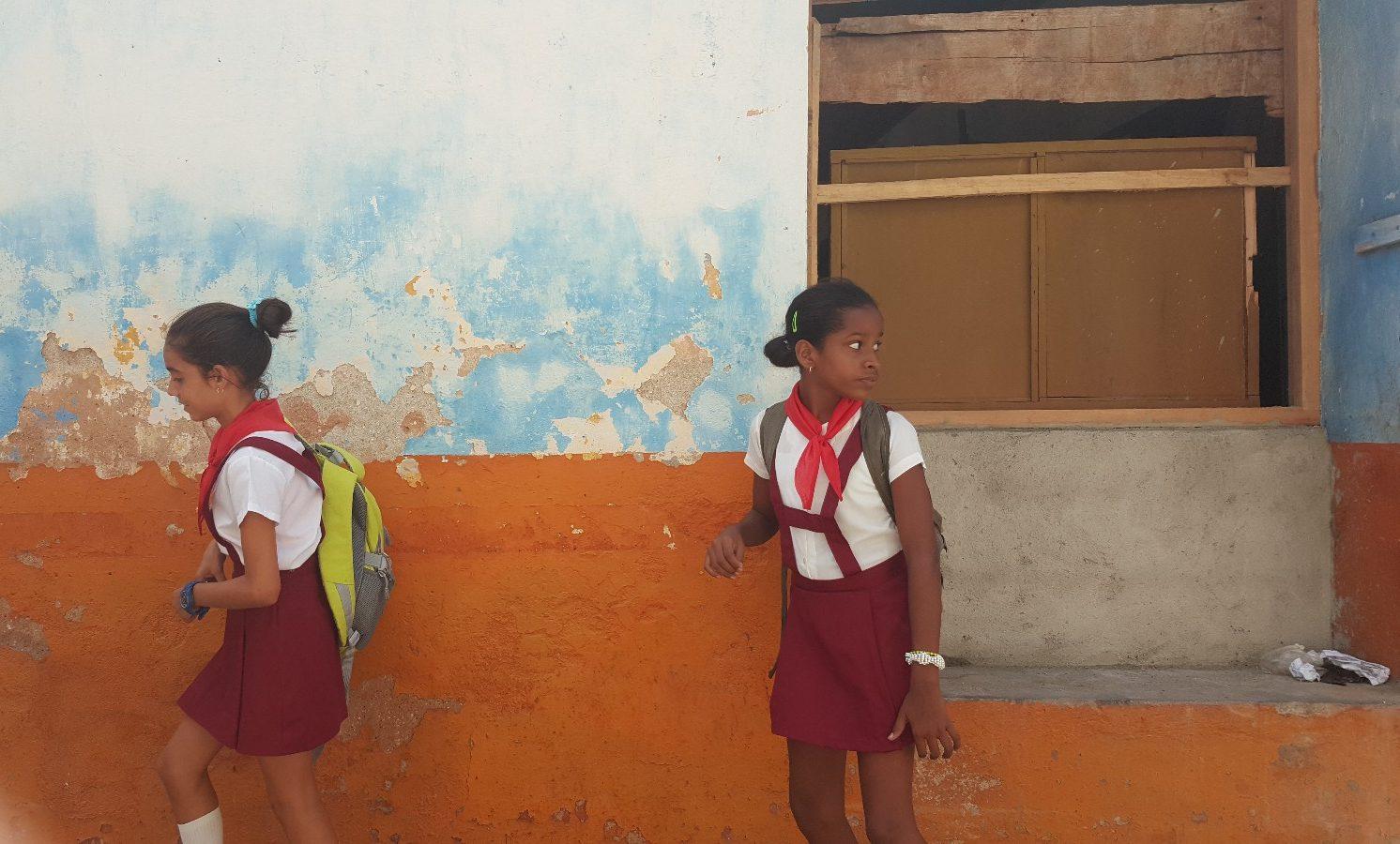 Kübada çocuklar komünizm yemini ediyorlar ve kırmızı fular takıyorlar
